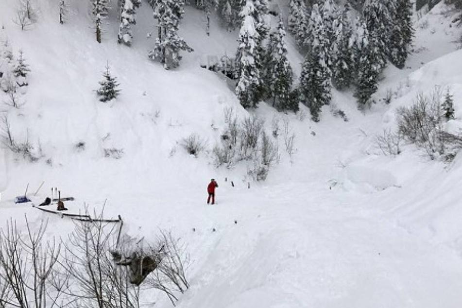 Zwei Schüler wurden teilweise und zwei gänzlich verschüttet. Zwei weitere wurden durch die Wucht der Schneemassen über den Pistenrand hinaus geschleudert.