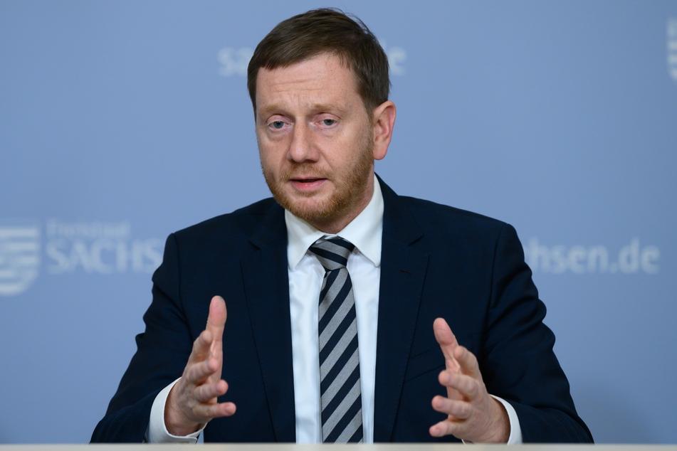 Michael Kretschmer (CDU), Ministerpräsident von Sachsen, spricht in der Staatskanzlei auf einer Pressekonferenz. Im Freistaat werden ab dem 14. Dezember 2020 strengere Schutzmaßnahmen gegen die Ausbreitung der Corona-Pandemie in Kraft treten.