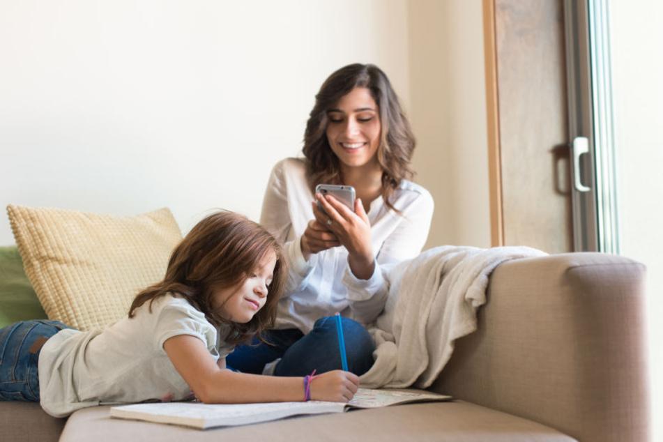 Der Blick aufs Smartphone statt zum Kind bleibt nicht ohne Folgen ...