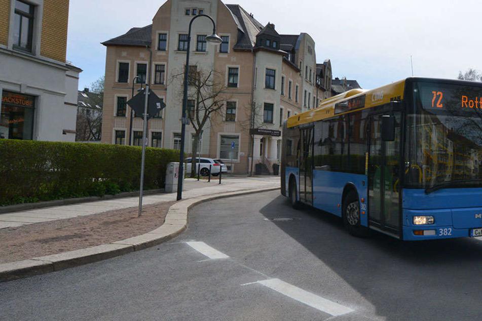 Der Kinderwagen kippte im fahrenden Bus um. Dabei wurde das kleine Kind verletzt.