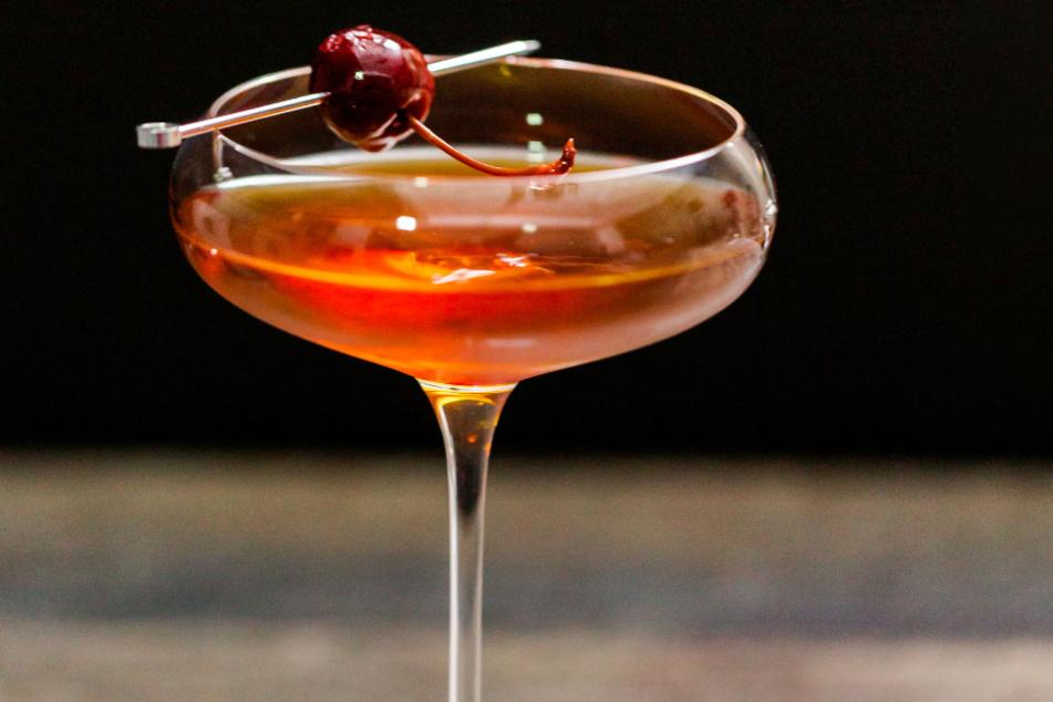 Der Manhatten-Cocktail mit einer Kirsche serviert.