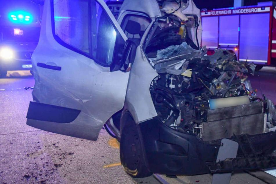 Unfall-Drama auf A2: Kurierdienst kracht auf Sattelschlepper, Fahrer sofort tot