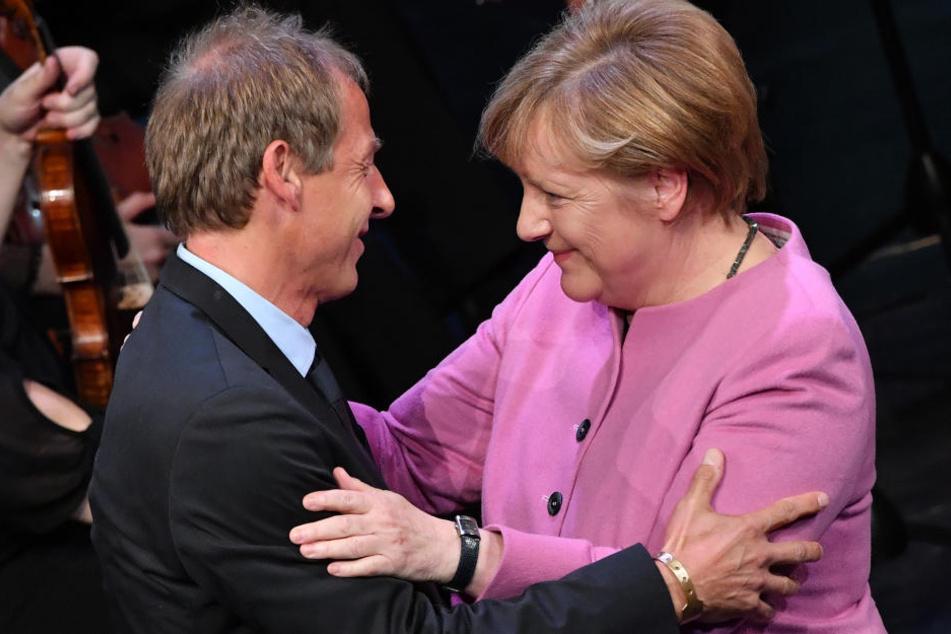 """Die Laudation für """"Klinsi"""" hielt Bundeskanzlerin Angela Merkel."""