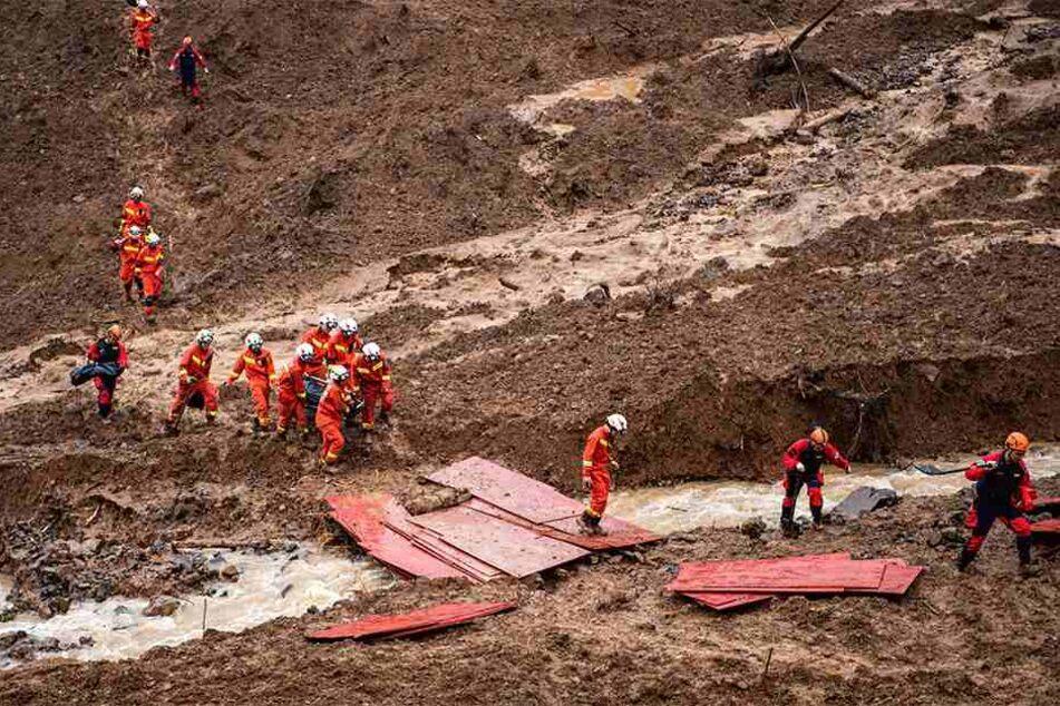 Hilfskräfte führen Rettungsarbeiten nach einem Erdrutsch bei Liupanshui durch.