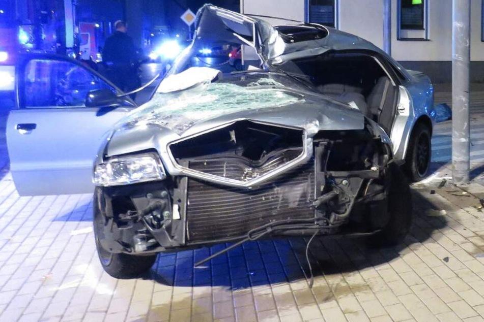 Wagen crasht bei illegalem Autorennen in Supermarkt: Fahrer schwer verletzt