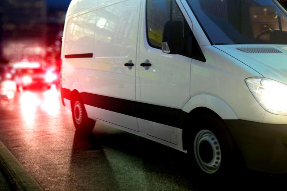Fahrerlaubnis ade! Kurierfahrer brettert mit 130 an Polizei vorbei