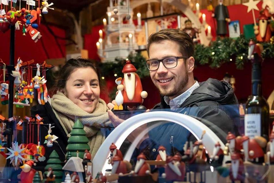 Johanna (26) und David Hell (26) verkaufen erzgebirgische Volkskunst. Sie sind zum ersten Mal auf einem Weihnachtsmarkt, spüren aber auch das Wegbleiben der Besucher an verregneten Tagen.