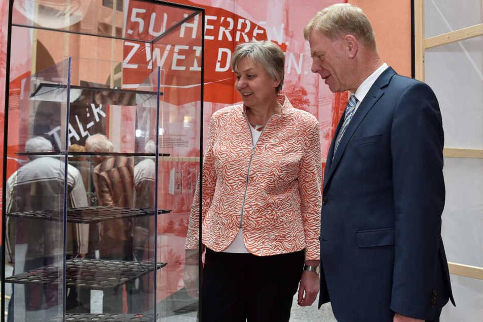 Finanzminister Georg Unland ( CDU, r.) und Landesarchäologin Regina Smolnik  (l.) eröffneten am Donnerstag die Münzschau.