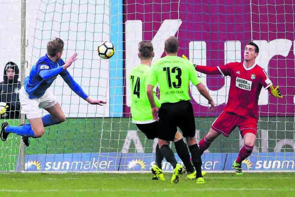 Oliver Hüsing (l.) traf für Rostock nach einem Freistoß. Sieben Meter frei vorm Tor kommt er selbst im Training nicht zum Abschluss.