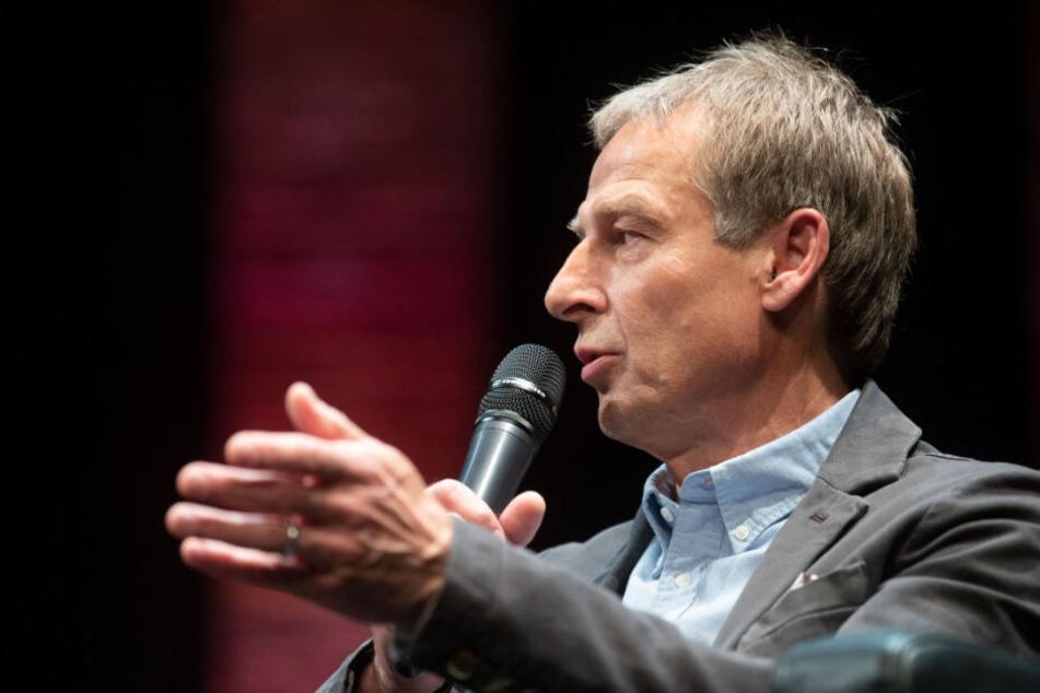 Jürgen Klinsmann spricht bei einer Veranstaltung.