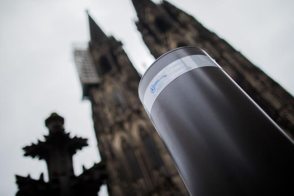 Sicherheitspoller am Kölner Dom.