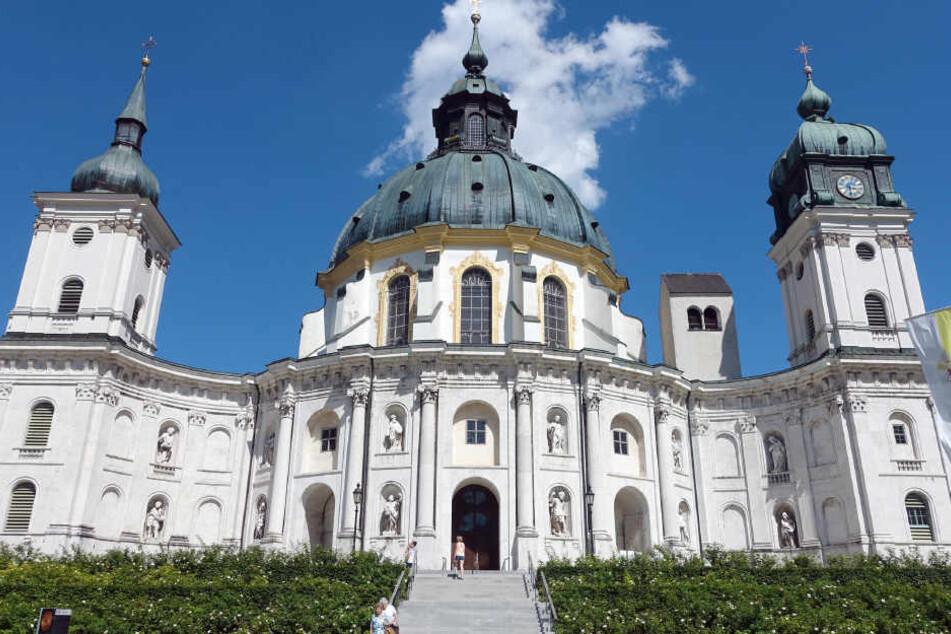 Die Klosterkirche des Klosters Ettal im Dorf Ettal in Oberbayern.