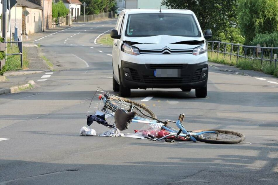 Die Frau übersah offenbar einen von links kommenden und vorfahrtsberechtigten Transporter, der sie daraufhin erfasste.