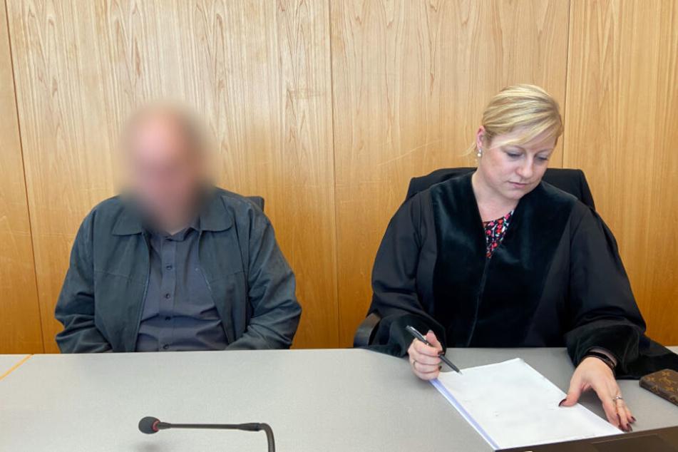 Der Angeklagte (links) neben seiner Verteidigerin.