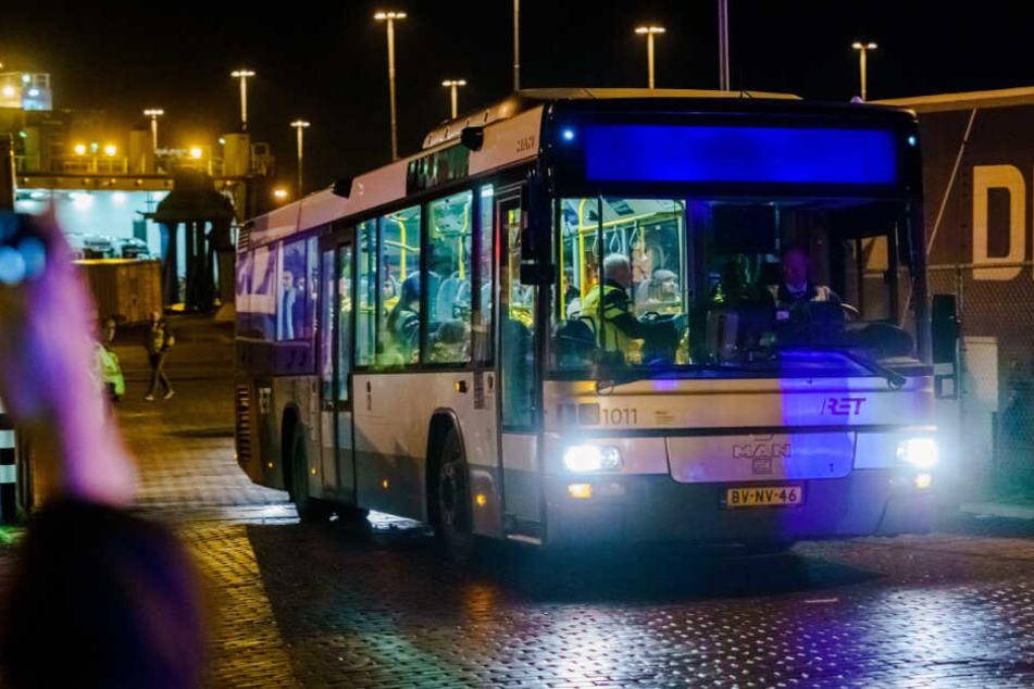 In diesem Bus saßen die 25 Personen nachdem sie aus dem Frachter geholt wurden.