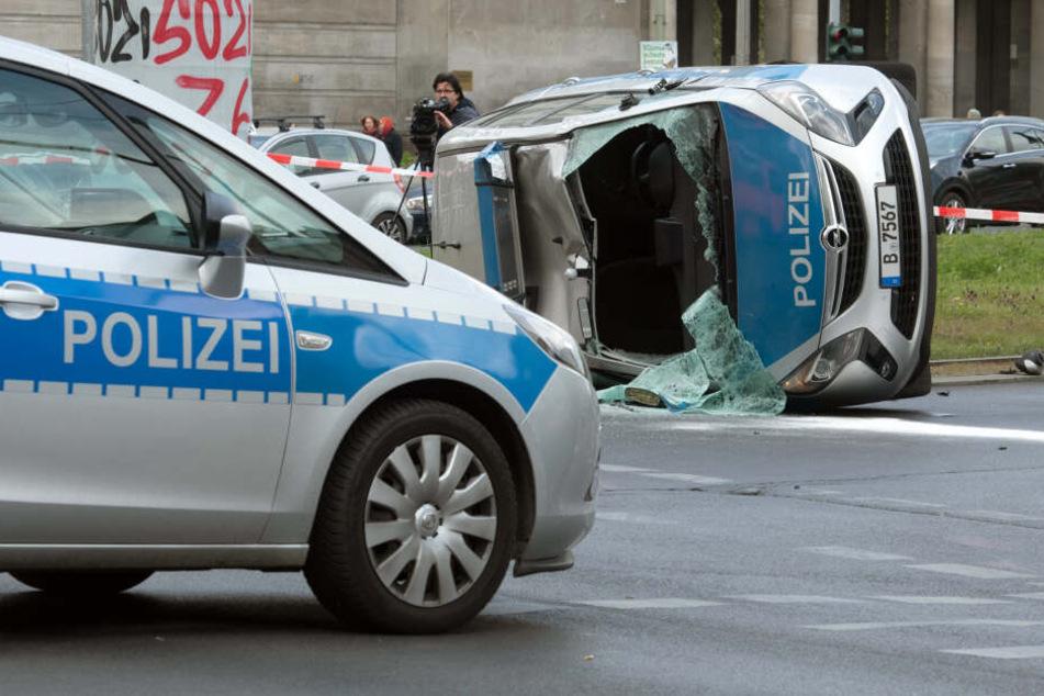 Drei Polizisten kamen ins Krankenhaus.