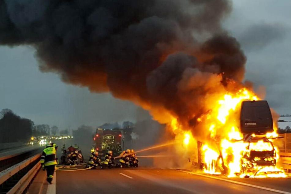 Feuer-Inferno: Transporter steht auf A3 komplett in Flammen