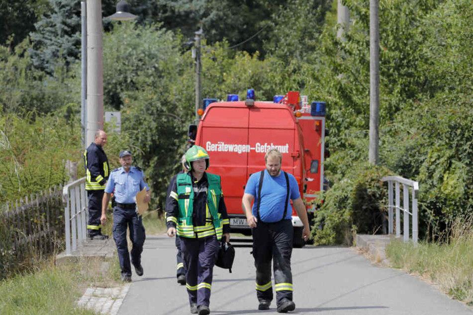 Die Rettungskräfte rückten auf den Biohof aus, versorgten den leicht verletzten Bauer.
