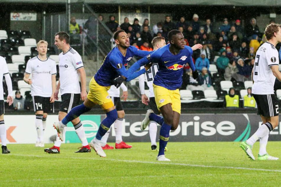 Die Torschützen zum 2:0 und 3:0 gemeinsam im Bild: Zuerst traf Ibrahima Konaté (r.), dann Stürmer Matheus Cunha.
