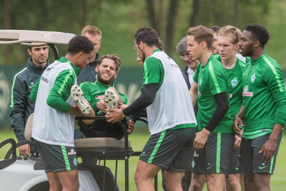 Eilers wird unter Schmerzen und vor den Augen von Trainer Alexander Nouri und den Mitspielern auf das Golfcar gehievt.