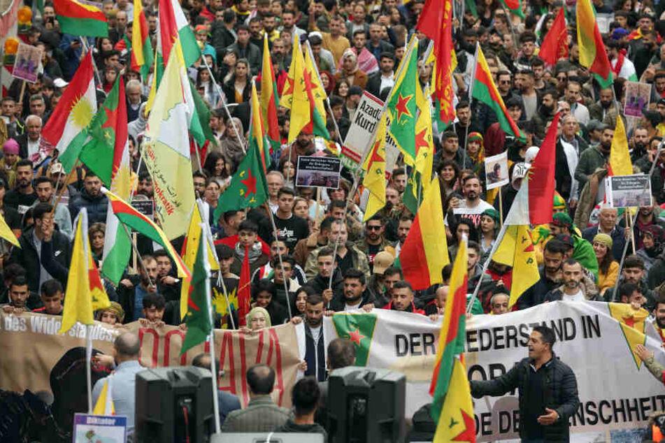 Bereits am vergangenen Wochenende waren Tausende Menschen in Köln für die Rechte der Kurden in Syrien auf die Straße gegangen.