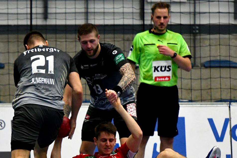 Philip Jungemann (l.) und Mindaugas Dumcius stoppen gemeinsam Hamms David Mirko Spiekermann.