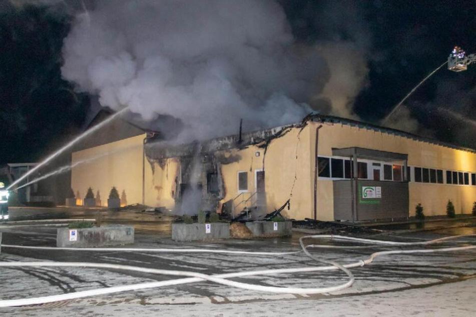Schwerer Brand in Hallenbad: Feuerwehr kämpft über Stunden gegen Flammen
