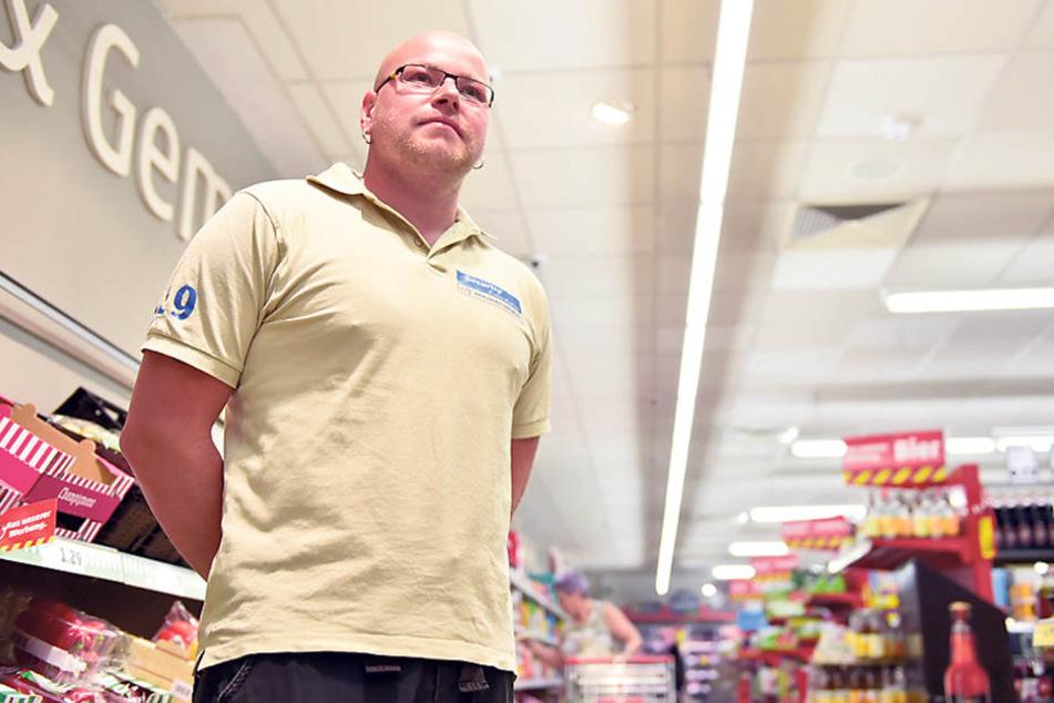 """Tino Keinert (35) steht für """"CorrectControl"""" als Wachmannin einem Supermarkt."""