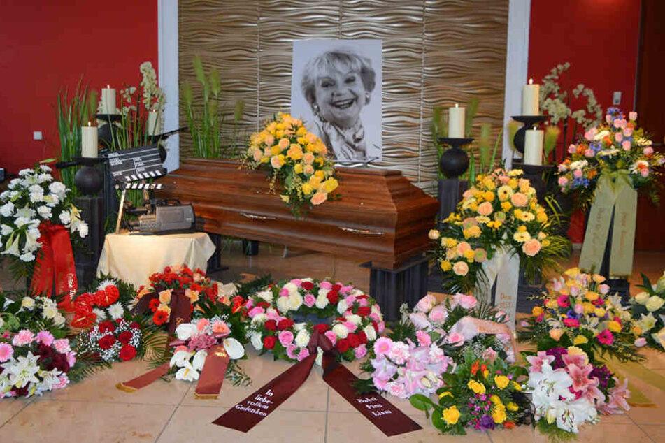 Viele Blumengestecke schmückten bei der Trauerfeier den Sarg von Ingeborg Krabbe.