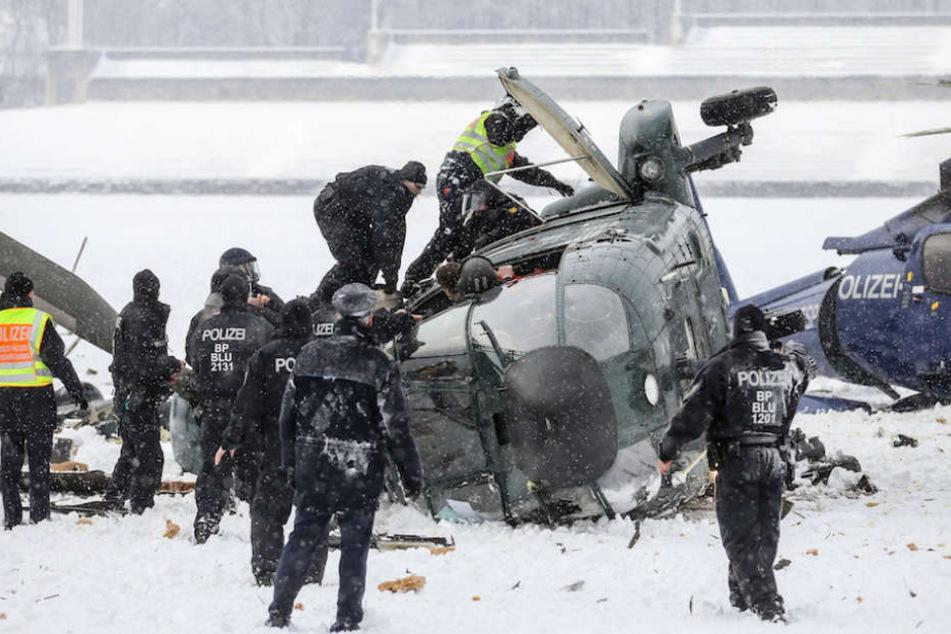 Polizisten am 21. März 2013 bei der Absturzstelle am Berliner Olympiastadion.