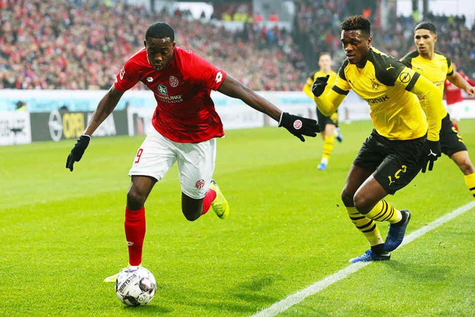Der Mainzer Mittelstürmer Jean-Philippe Mateta (l.) hatte die erste 05-Chance im Spiel. Hier setzt er sich gegen Dortmund Dan-Axel Zagadou (M.) durch. Achraf Hakimi beobachtet die Szene.