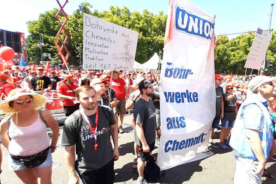 Die Unioner kämpften bei der Demo in Berlin für ihr Chemnitzer Unternehmen.