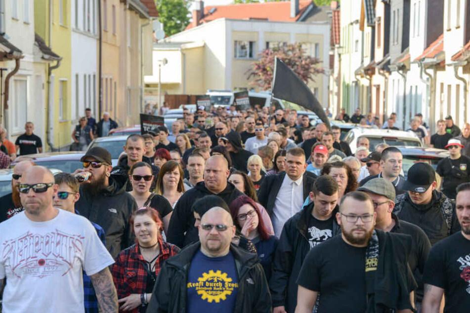 Unter den 300 Demonstranten befanden sich auch etwa 80 bekannte Rechtsextreme.