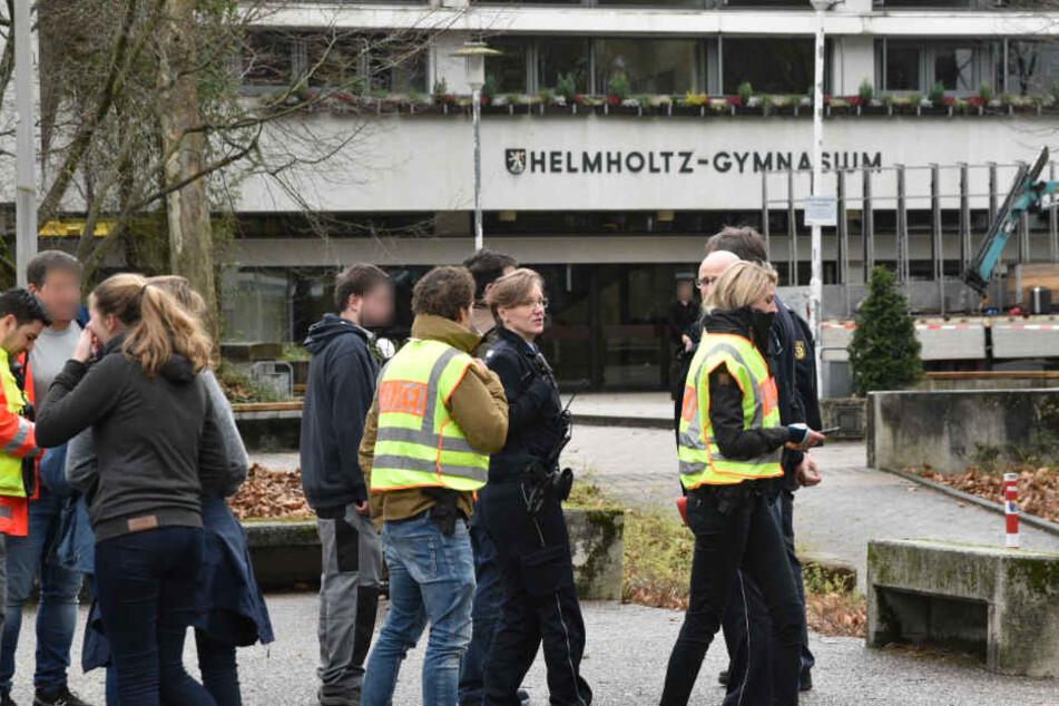 Die Polizei rückte mit einem Großaufgebot beim Gymnasium an.