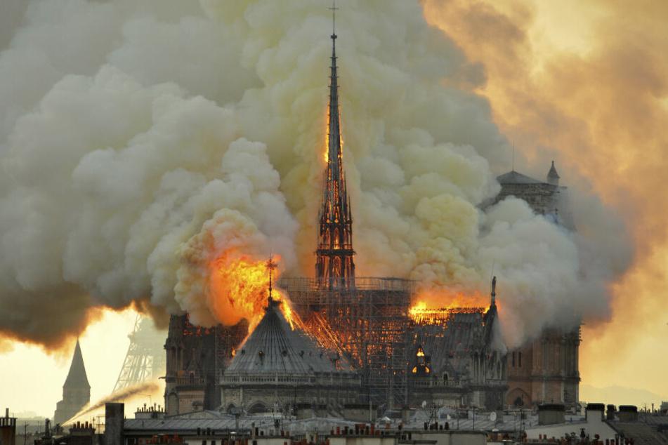 Die französische Kathedrale stand am Montagabend in Flammen.