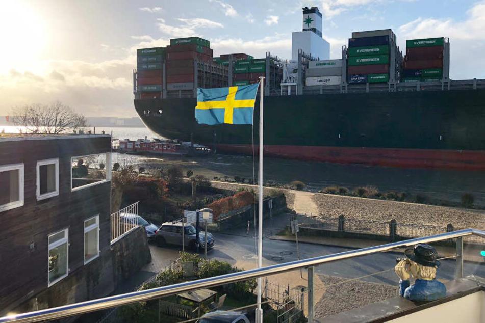 Ein riesiges Containerschiff drückt die Fähre gegen den Anleger Blankenese.
