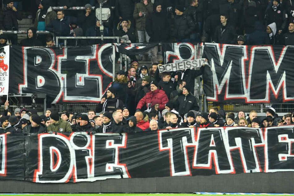 Hundert Eintracht-Fans protestierten zu Spielbeginn hinter der Bande.