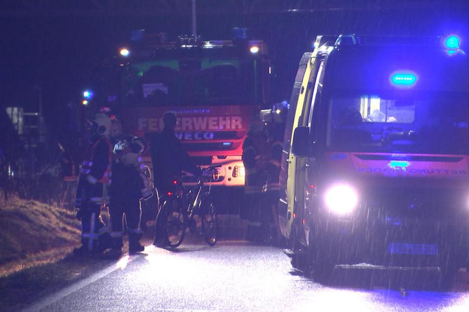 Trotz etwa einstündiger Reanimation verstarb der Fahrzeugführer am Unfallort.