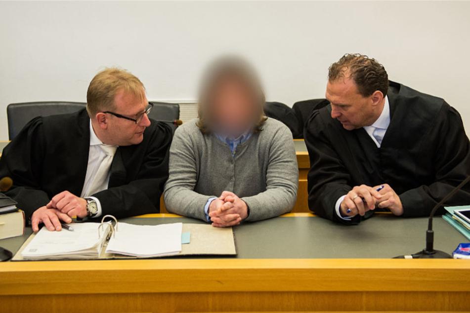 Die Angeklagte (M) bespricht sich vor Verhandlungsbeginn mit ihren Anwälten Bernd Scheske (l) und Henning Cwik.