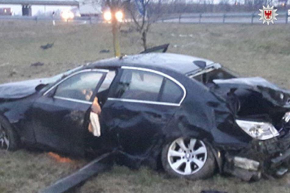 Der nach dem Crash völlig zerstörte BMW 'parkt' neben der A12.