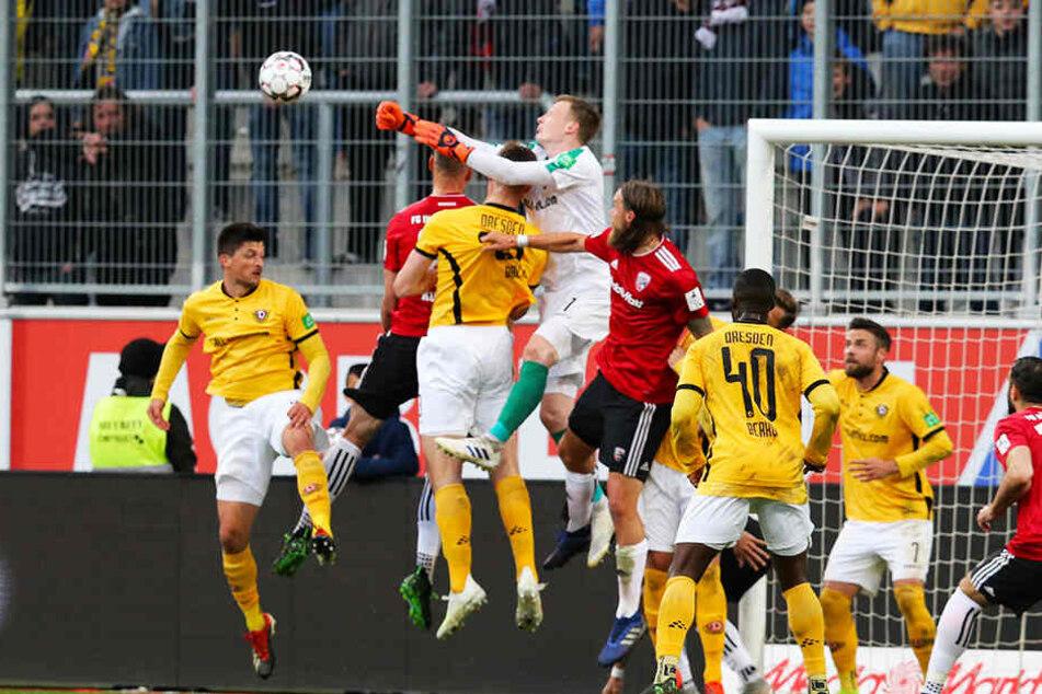 Noch-Dynamo Markus Schubert obenauf - auch bei dieser Torraumszene in Ingolstadt.