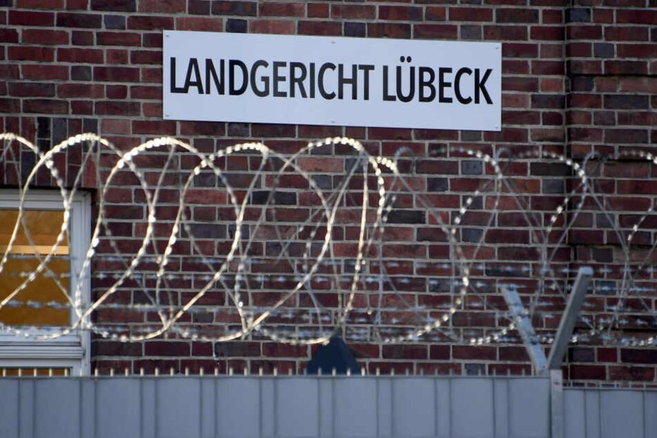 """Das Schild """"Landgericht Lübeck"""" ist hinter Stacheldraht am Gerichtsstandort zu sehen."""
