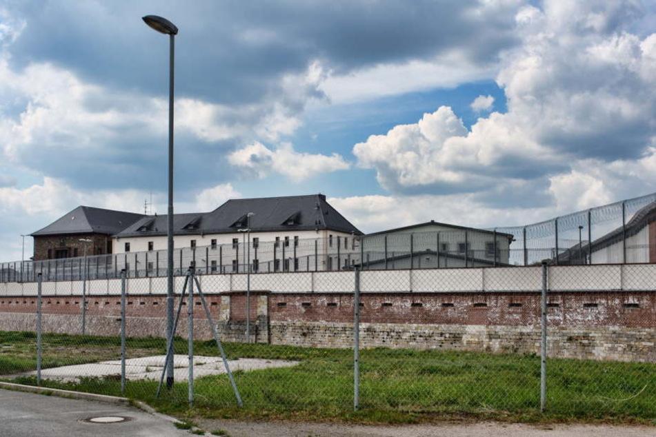 In der JVA Torgau haben Mitarbeiter gegen den Willen des Anstaltsleiters ein Pokerturnier mit den Häftlingen veranstaltet.