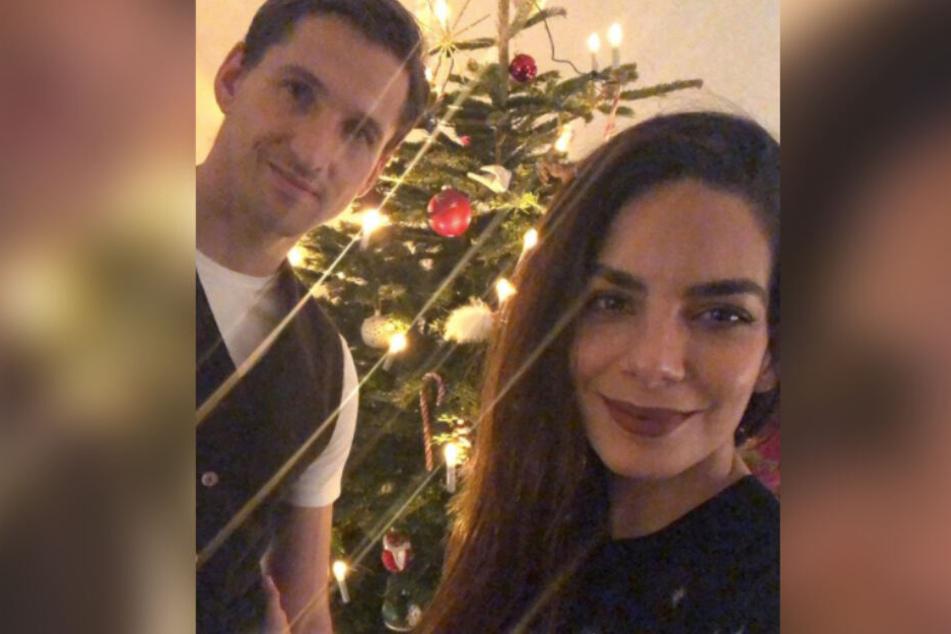 Lilli Hollunder und René Adler grüßen ihre Fans vorm Weihnachtsbaum.