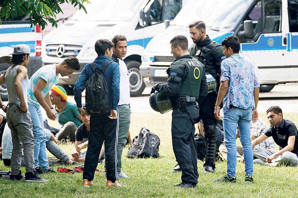 Mit Razzien wollen Polizei und Rathaus die Kriminellen aus dem Stadthallenpark vertreiben.
