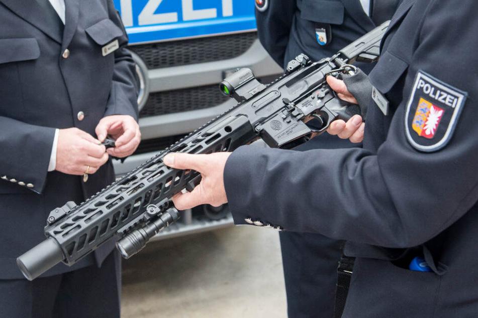 Polizisten sehen sich ein neues Sturmgewehr vom Typ MCX des Herstellers Sig Sauer an (Symbolbild).