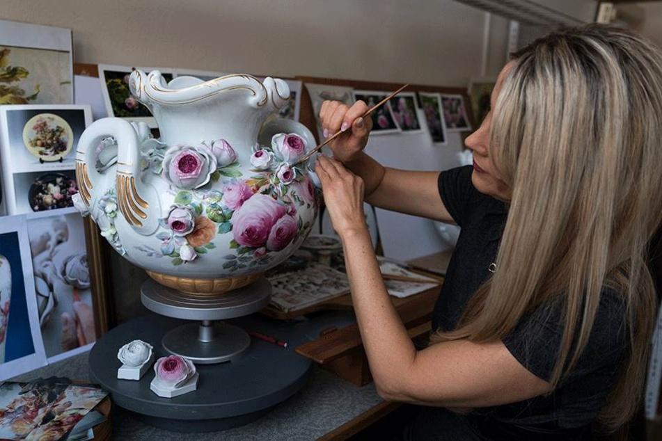 """Traditionsreiche Kunst: Porzellan-Malerin Kerstin Höntsch bei der Arbeit. Die Marke soll aber """"entstaubt"""" werden."""