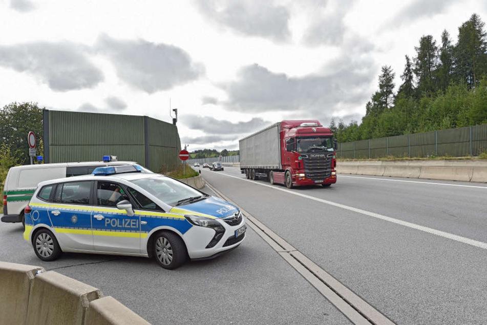 15.000 Autos rauschen täglich die Autobahn 17 entlang. Im Kampf gegen Schleuser braucht die Bundespolizei dabei Hilfe von den Truckern.