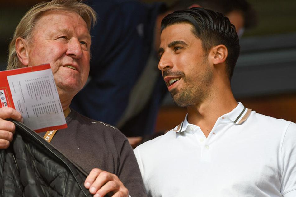 Sami Khedira im Mai diesen Jahres gemeinsam mit Ex-DFB-Sportdirektor Horst Hrubesch beim Frauen-Länderspiel Deutschland gegen Chile.
