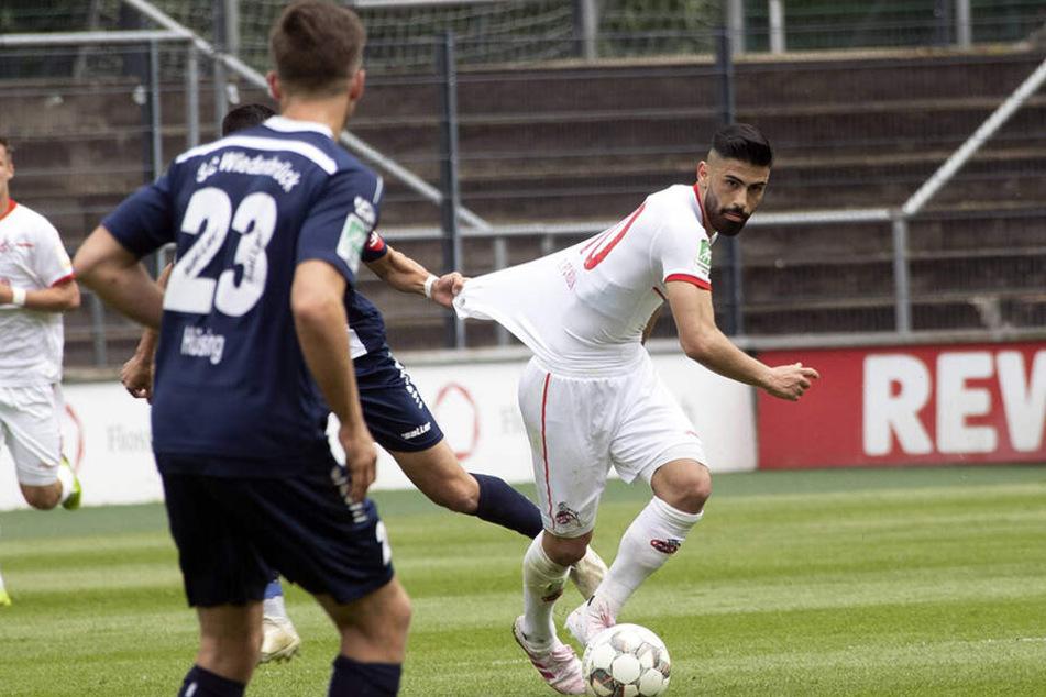 Von den Spielern des SC Wiedenbrücks konnte Hikmet Ciftci (21, rechts) nur mit unfairem Körpereinsatz gestoppt werden.